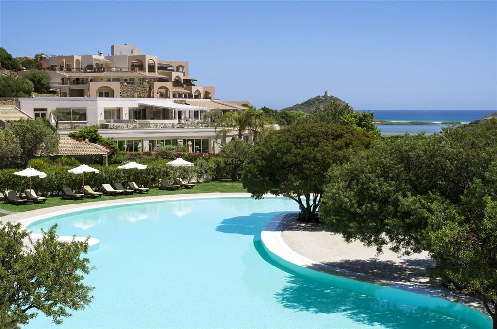 Pohled od bazénu Village, Chia, Sardinie