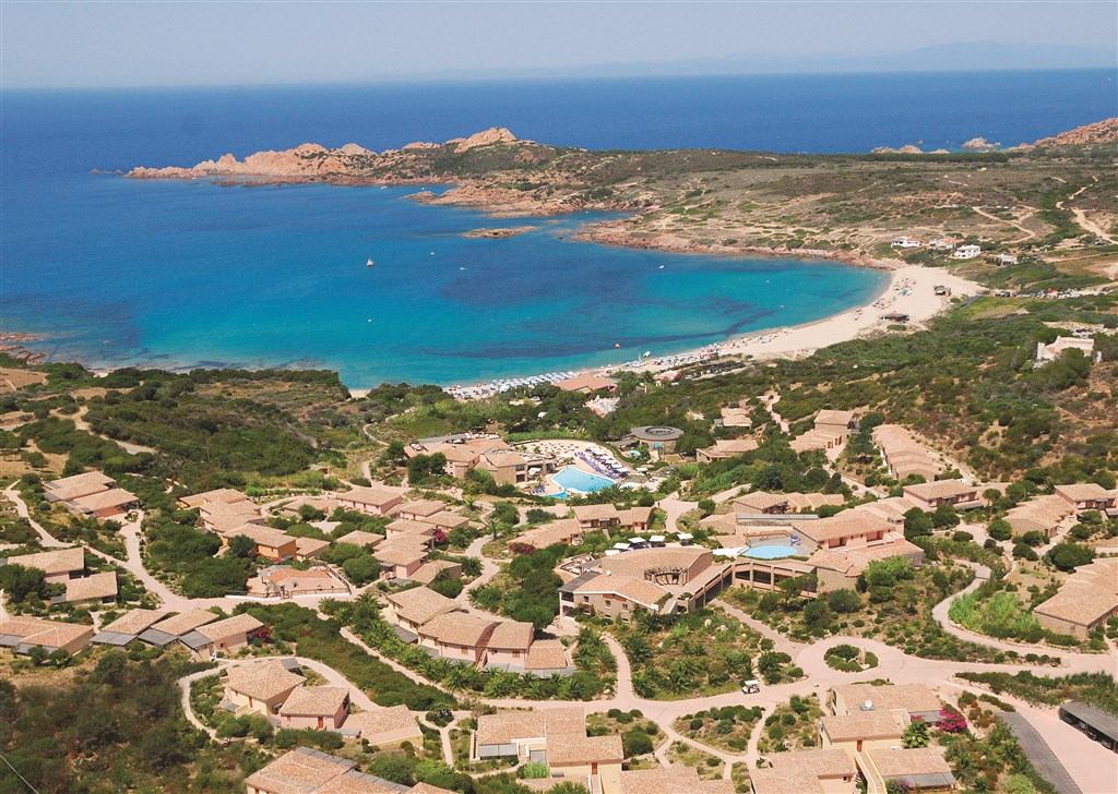 Letecký pohled na hotel Marinedda, Isola Rossa, Sardinie