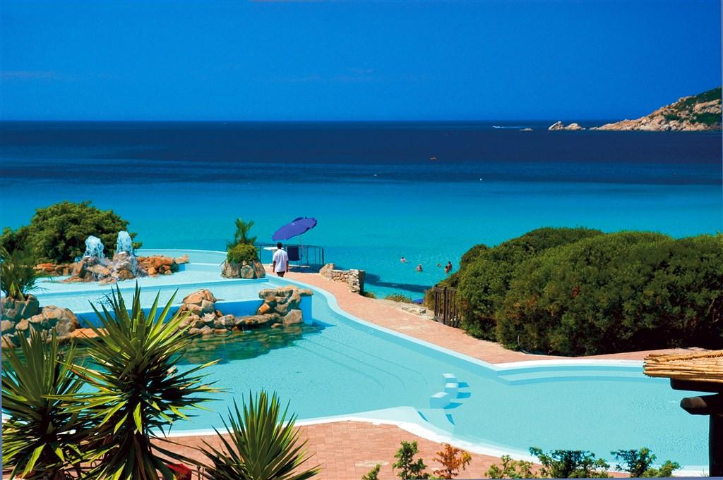 Výhled na bazén a moře, Capo Testa - Santa Teresa, Sardinie