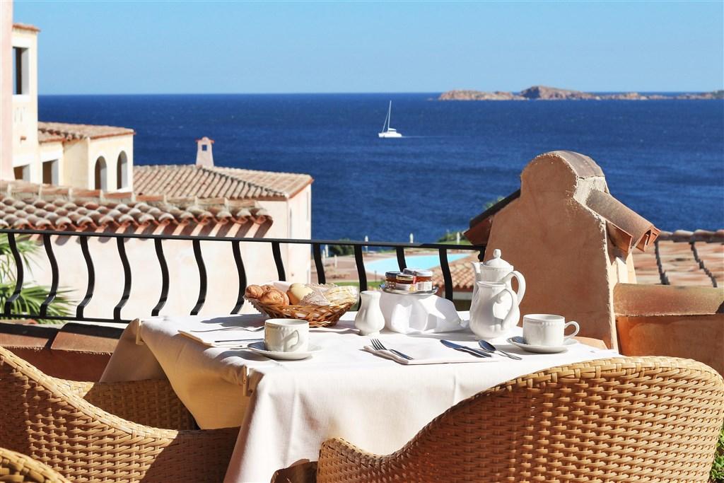 Snídaně na terase, Porto Cervo, Costa Smeralda, Sardinie