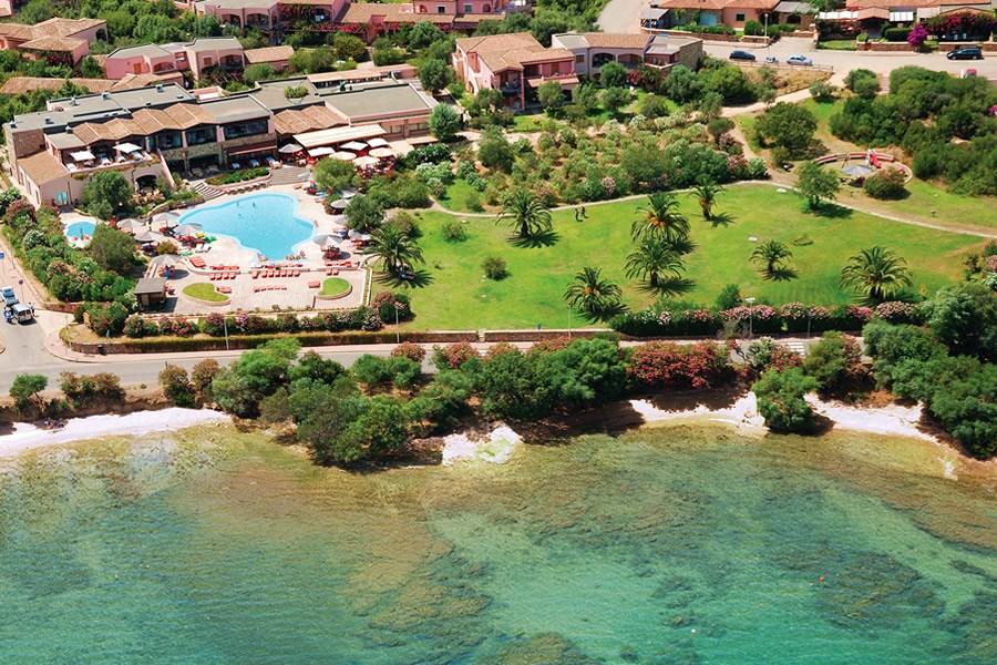 Letecký pohled na resort a pláž - Cala di Falco, Cannigione, Smaragdové pobřeží, Sardinie