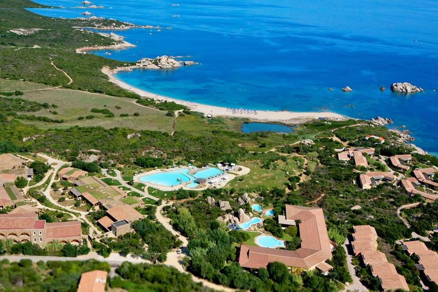 Letecký pohled na resort a pobřeží - Valle della Erica La Licciola, Santa Teresa di Gallura, Sardinie