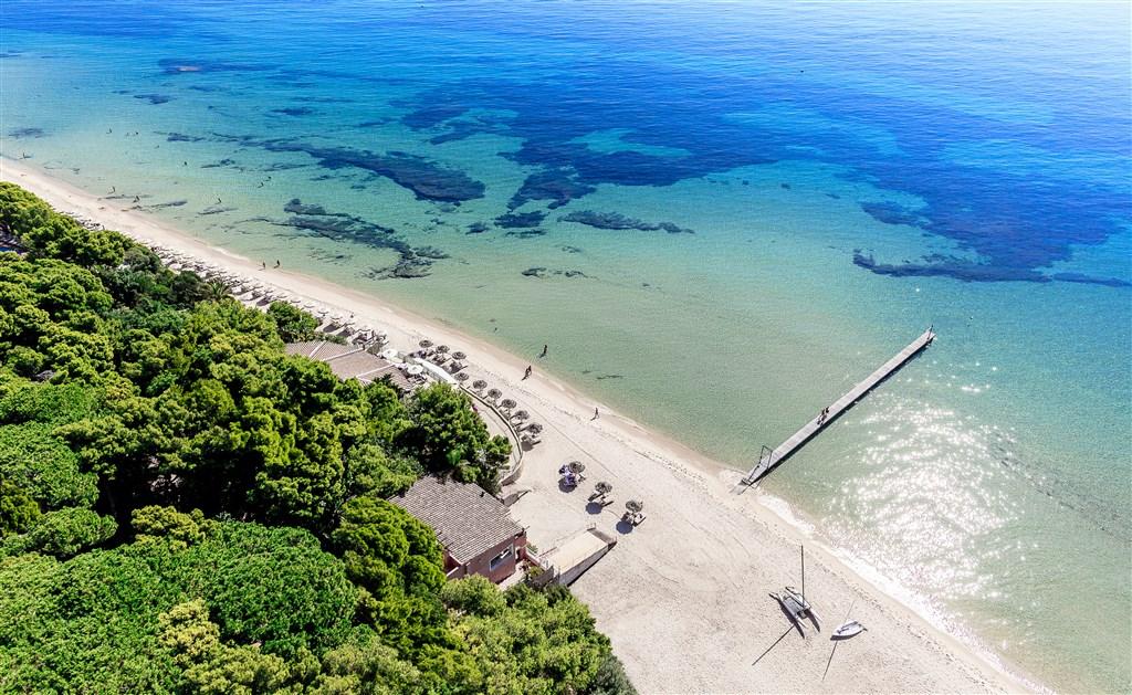 Letecký pohled na hotelovou pláž, Santa Margherita di Pulla, Sardinie