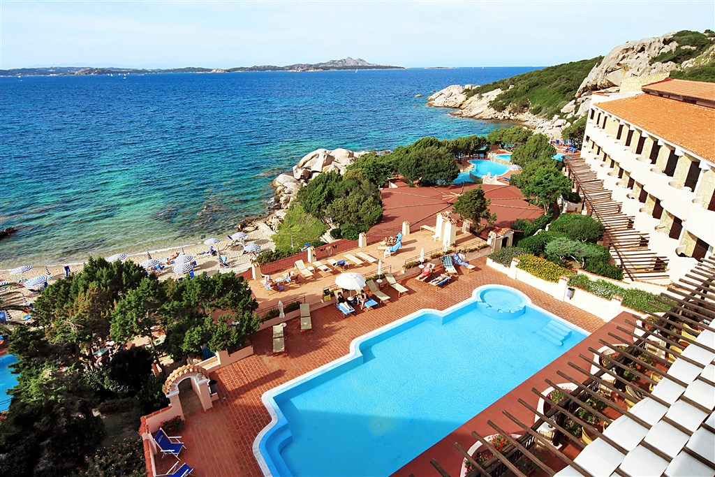 Výhled na bazén a moře, Baja Sardinia, Sardinie