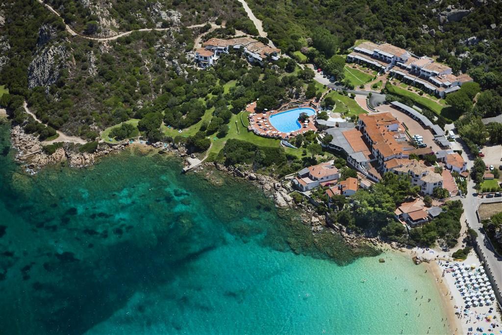 Letecký pohled na hotel, Cannigione, Sardinie