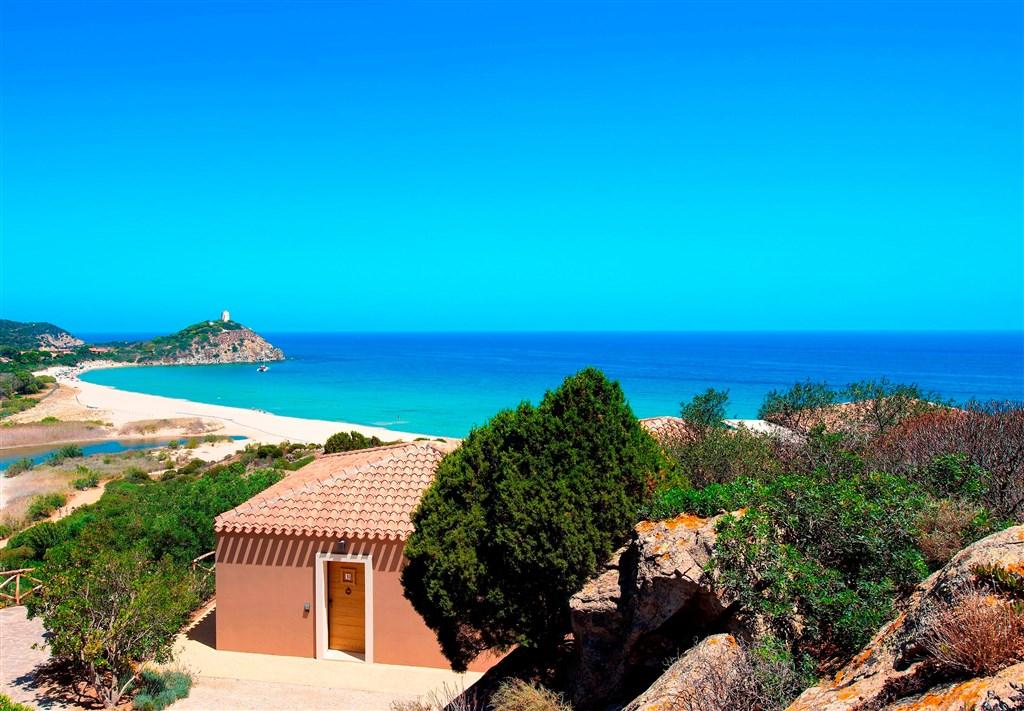 Panorama s pláží, Chia, Sardinie