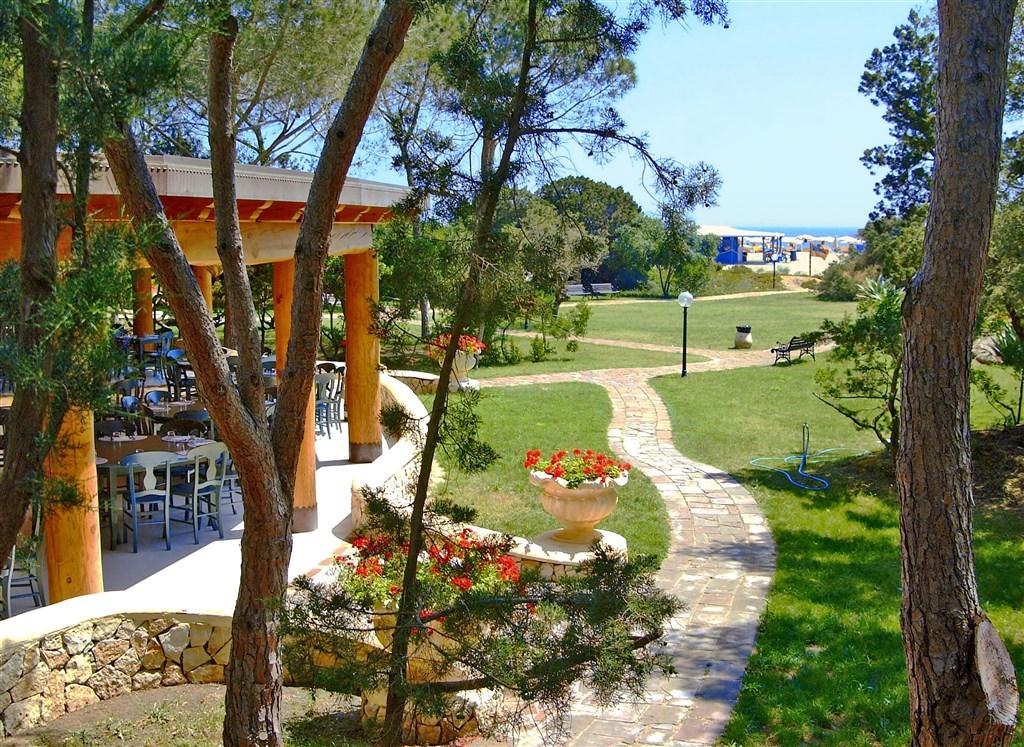 Terasa restarace se zahradou, Colostrai, Sardinie