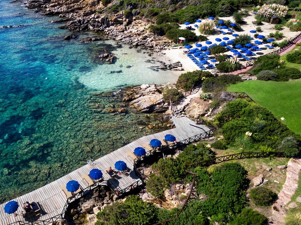 Pláž a solárium, Porto Cervo, Costa Smeralda, Sardinie