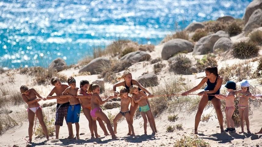 Mini Club na pláži, Chia, Sardinie