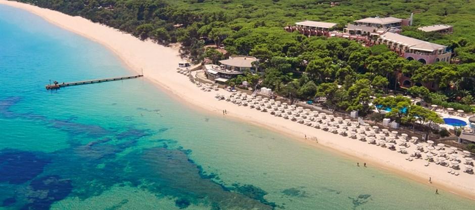 Letecký pohled na pláž, Santa Margherita di Pula, Sardinie