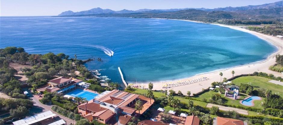 Letecký pohled (bez nového centrálního bazénu), Arbatax, Sardinie