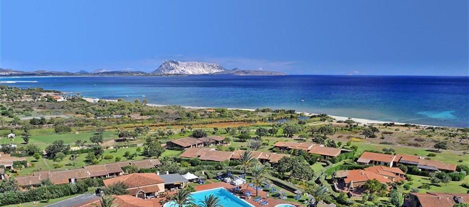 Pohled na hotel směrem k moři, San Teodoro, Sardinie, Itálie