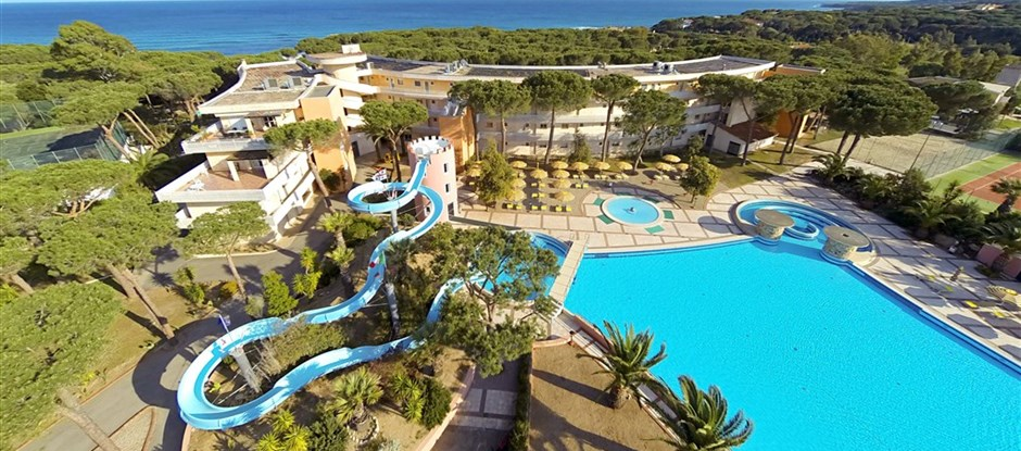 Resort s tobogánem u moře, Cala Liberotto, Orosei, Sardinie