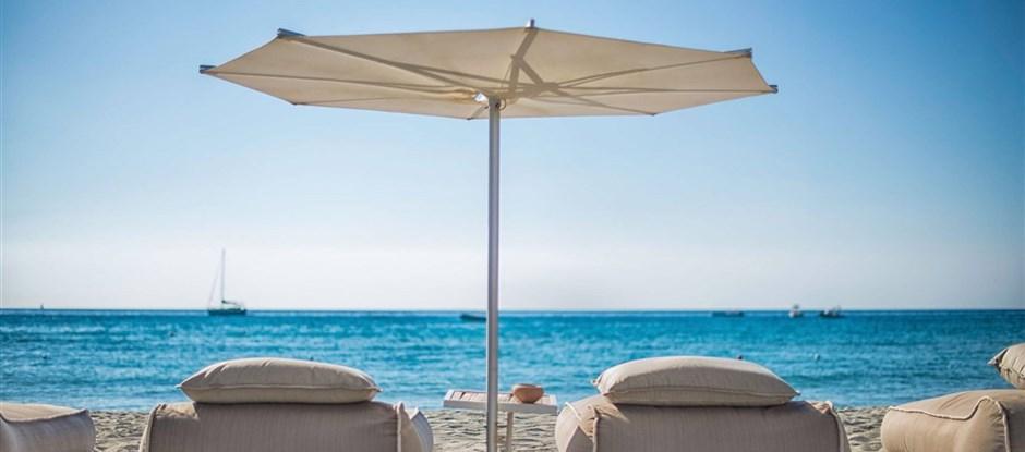 1.řada lehátek na pláži, Villasimius, Sardinie