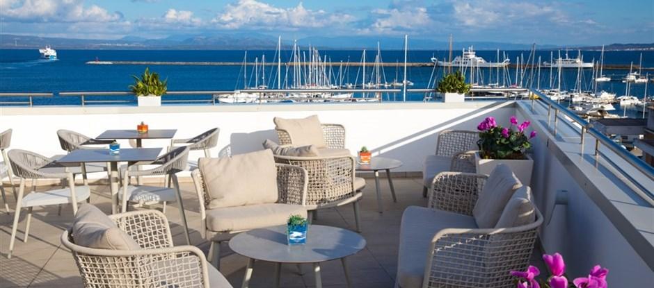 Hotelová terasa s kouzelným výhledem, Carloforte, Sardinie