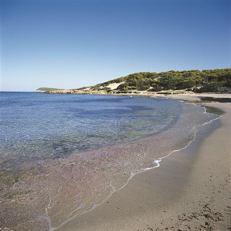 Pláž poblíž hotelu - CORTE CALA DEI PINI HOTEL CLUB