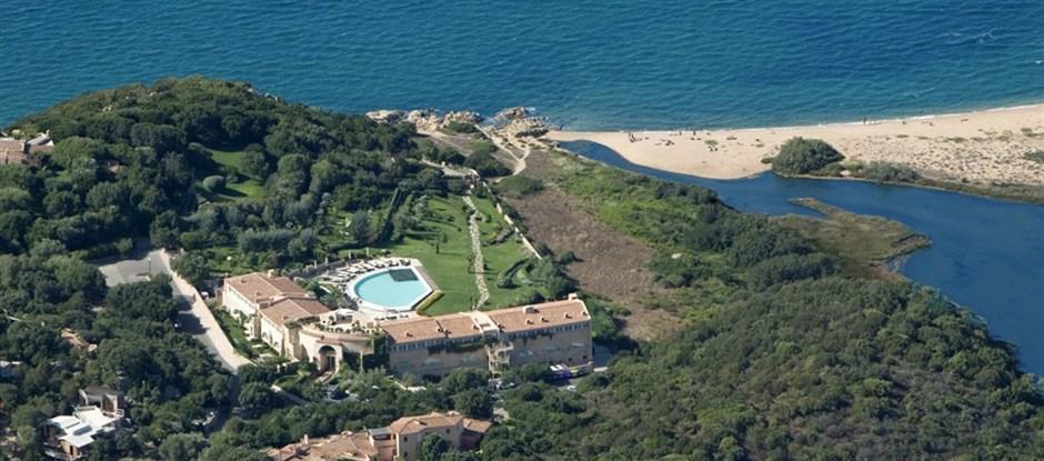Letecký pohled na hotel a pláž, Baja Sardinia, Sardinie