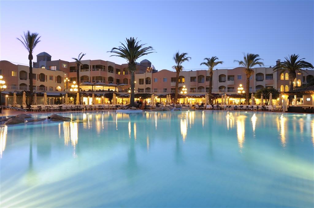 Pohled na hotel od bazénu - PULLMAN TIMI AMA SARDEGNA