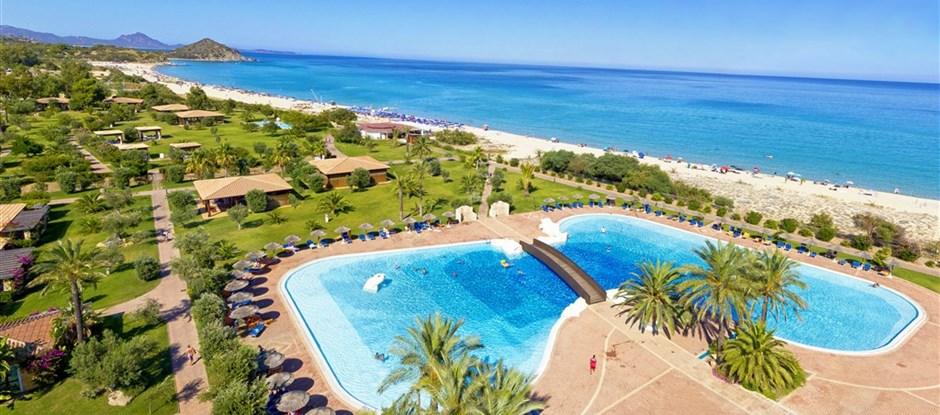 Letecký pohled na areál s bazénem a pláží, Castiadas, Sardinie